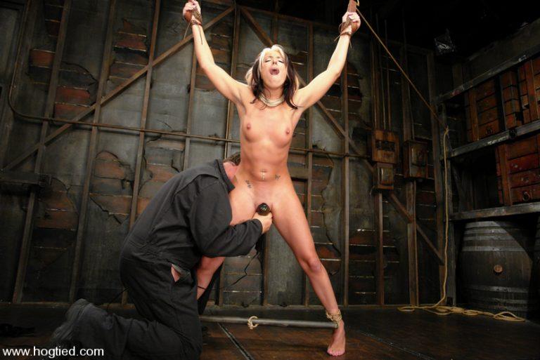 Девушку мучают в подвале